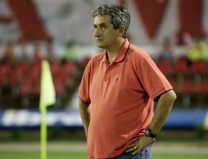Técnico Alexandre Barroso observa atuação do CRB contra o Canarinho (Foto: Ailton Cruz / Gazeta de Alagoas)