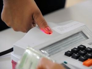 Eleitores de 60 municípios utilizam a nova tecnologia das urnas biométricas, de identificação digital. (Foto: Elza Fiúza/ABr)