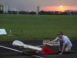 Competidor do Aerodesign prepara vôo de aeronave (Foto: Divulgação/ site oficial)