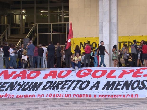 Grupo protesta contra impeachment da presidente Dilma, em Belo Horizonte (Foto: Reprodução/TV Globo)