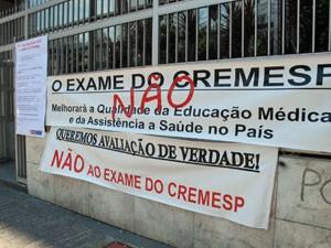 Estudantes colaram faixas contra o exame na sede do Cremesp (Foto: Vanessa Fajardo/ G1)