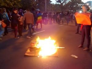 Grupo queima garrafas e um tapete na Avenida Loureiro da Silva (Foto: Gabriel Galli/G1)