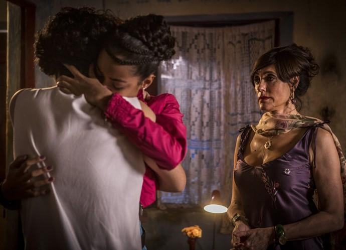Clima de emoção no encontro entre Miguel e Sophie (Foto: Inácio Moraes/Gshow)