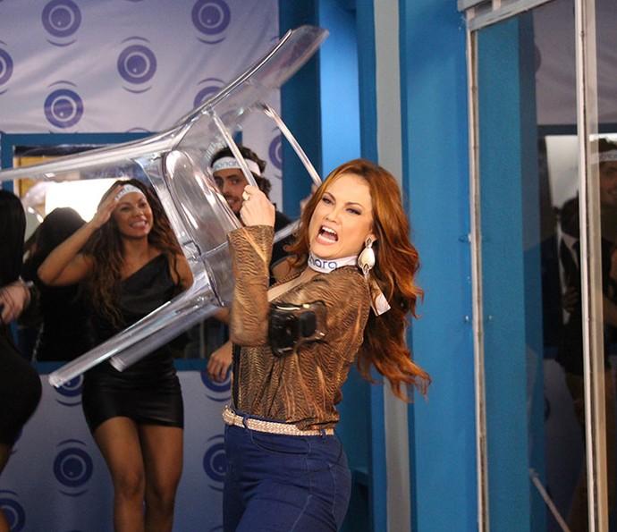 Leonora não conta que causou muitas confusões na Casa de Vidro (Foto: TV Globo)