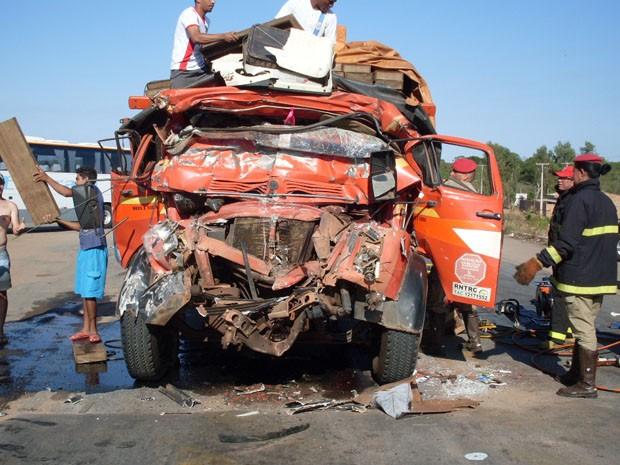 Caminhão ficou destruído (Foto: Foto: Divulgação/ PRF)