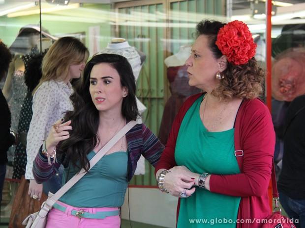 Valdirene e Márcia espiam as vitrines (Foto: Amor à Vida/TV Globo)