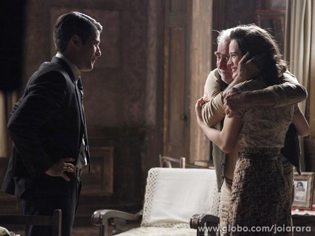 Tocado com a tristeza de Amélia, Franz diz que deixará Pérola viver no cortiço com a mãe (Foto: Joia Rara/ TV Globo)