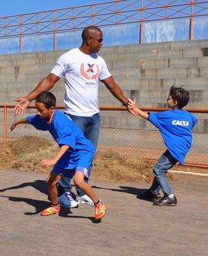 Ex-velocista Arnaldo de Oliveira participa de atividade em Campo Grande (Foto: Divulgação/Federação de Atletismo de MS)