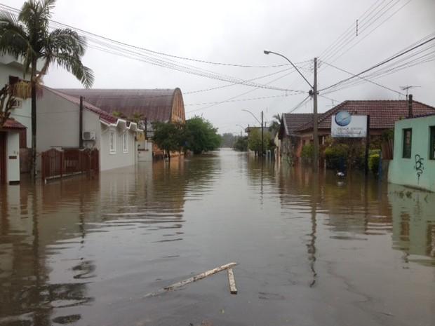 Cidade de Montenegro, RS, tem ruas alagadas após chuva (Foto: Alexandre dos Santos/RBS TV)