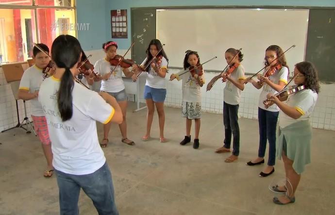 Quatro vezes por semana, eles frequentam aulas de canto coral e também apredem a tocar instrumentos musicais, tudo de graça! (Foto: Marcos Alves)