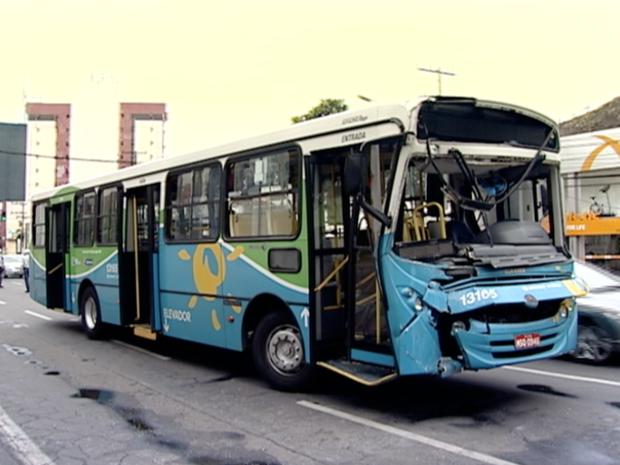 Ônibus ficou com a frente destruída, no Espírito Santo (Foto: Reprodução/TV Gazeta)
