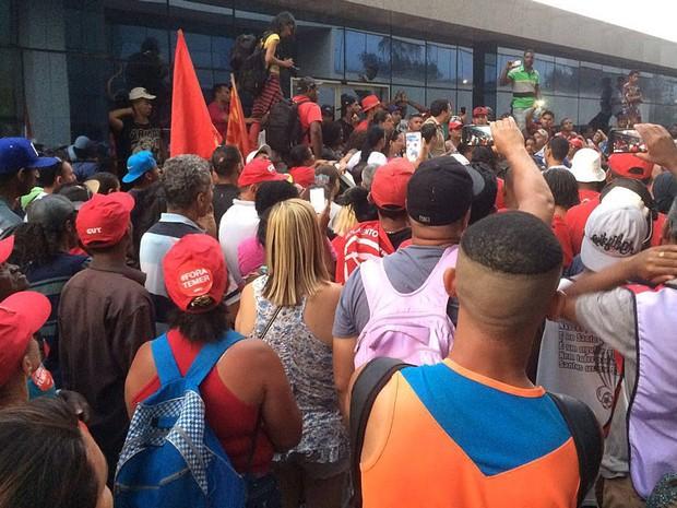 Manifestantes ligados ao MTST durante protesto em frente ao Ministério das Cidades, em Brasíla, nesta terça-feira (13) (Foto: Mateus Vidigal/G1)