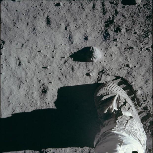 Foto da bota de um astronauta em atividade na superfície da Lua durante a expedição da Apollo 11 em 20 de julho de 1969 (Foto: NASA/Reuters)