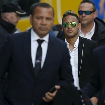 Neymar pai e Neymar audiência em madri (Foto: Reuters)