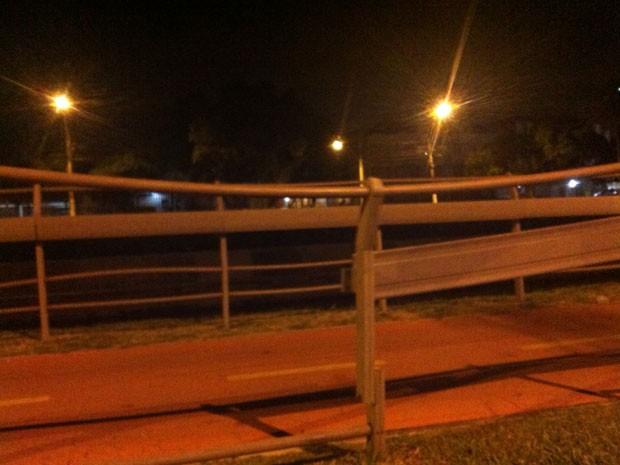 Guarda-corpos de ciclovia da Avenida Ipiranga foi danificado durante a manifestação (Foto: Luiza Carneiro/G1)
