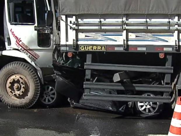 Carro ficou completamente destruído (Foto: Reprodução/RPCTV)