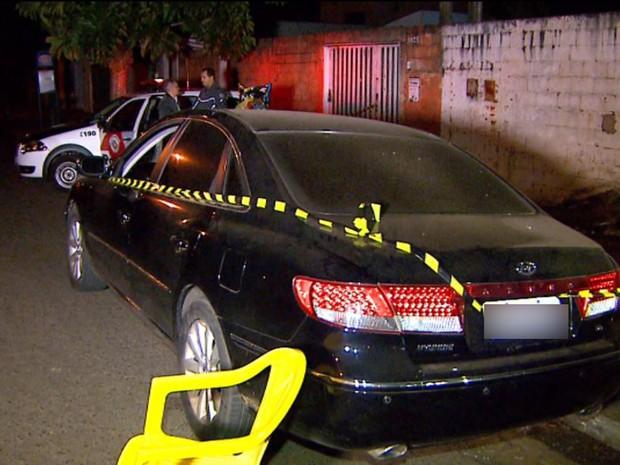 Carro do PM chegou a ser atingido por tiros em Ribeirão Preto, SP (Foto: Reprodução/EPTV)