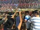 Fani tem tarde de autógrafos e causa tumulto: 'Uhu, Nova Iguaçu'