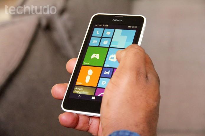 Tela do Lumia 635 tem 4,5 polegadas (Foto: Tainah Tavares/TechTudo)