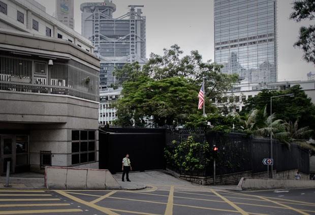 Segurança em frente ao consulado dos EUA em Hong Kong nesta segunda-feira (10) (Foto: AFP)