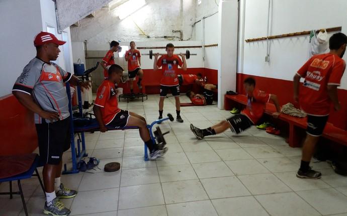 Jovens atletas treinam em academia improvisada, debaixo das arquibancadas do Estádio Robertão, em Serra Sede (Foto: Richard Pinheiro/GloboEsporte.com)