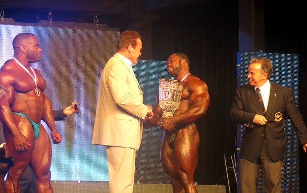 Arnold Schwarzenegger prêmio Brandon Curry fisiculturismo (Foto: Amanda Kestelman)
