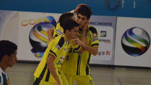 Glórienses comemoram o 2º gol no jogo (Foto: João Áquila/GLOBOESPORTE.COM)