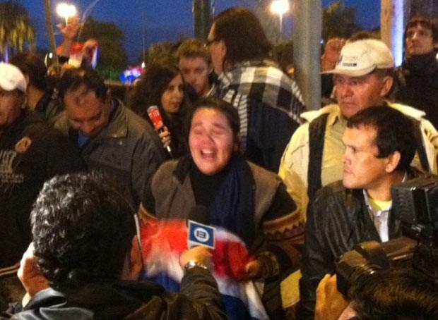 Manifestante chora ao saber do impeachment de Lugo nesta sexta-feira (22) em Assunção, capital do Paraguai (Foto: Amauri ArraisG1)