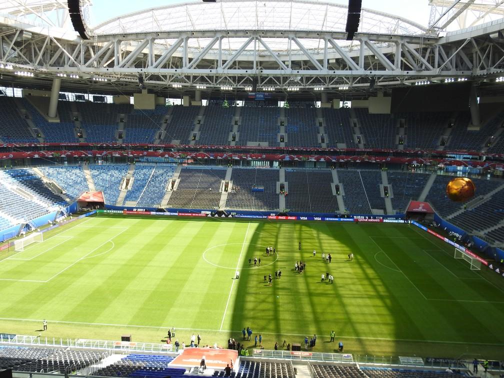 O gramado da Arena Zenit nesta sexta: cobertura atrapalha a entrada do sol dentro do estádio (Foto: Thiago Dias)