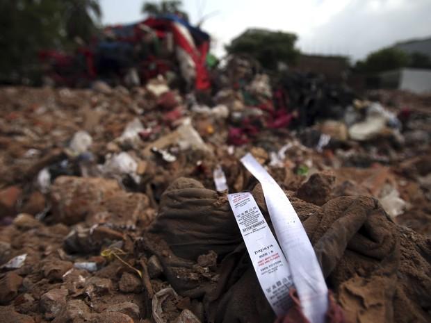 Etiqueta é vista em meio aos destroços do prédio que desabou em Bangladesh, onde havia diversas fábricas de costura. (Foto: Wong Maye-E / AP)