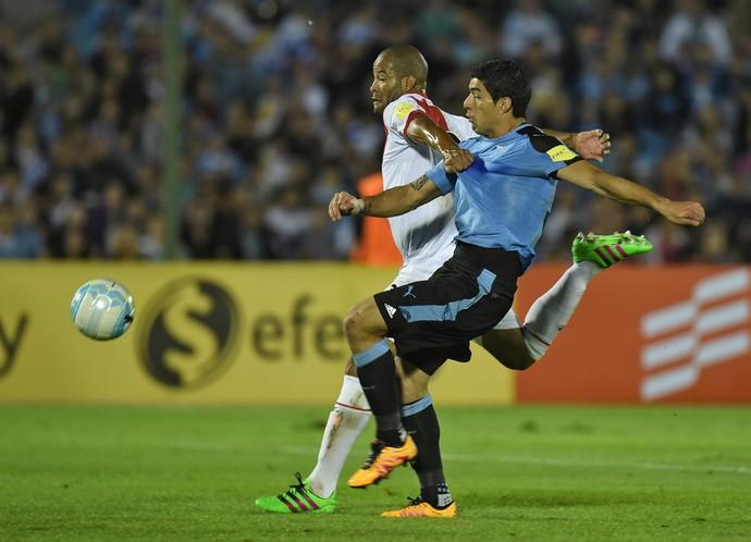 Suárez e Alberto Rodríguez, Uruguai x Peru (Foto: Pablo Porciuncula / AFP)