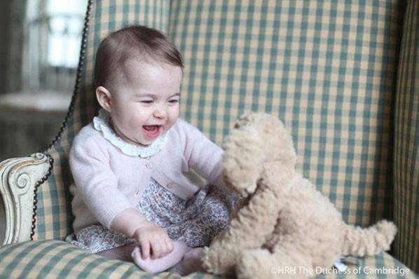Charlotte, ainda bebezinha, se divertindo com a pelúcia (Foto: Reprodução - Instagram)