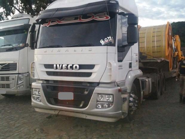 Três caminhões foram encontrados com os chassis adulterados em Prata (Foto: Polícia Militar/Divulgação)