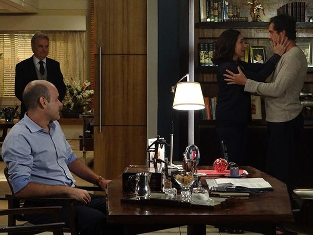 Maria Inês fica emocionada ao encontrar com o filho (Foto: Hellen Couto/Gshow)