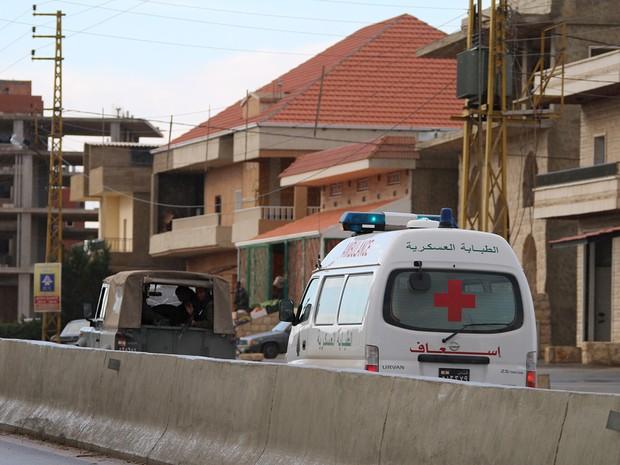 Veículos da cruz vermelha transportam militares soltos por facção da Al-Qaeda na Síria nesta terça-feira (1º)  (Foto: AFP)
