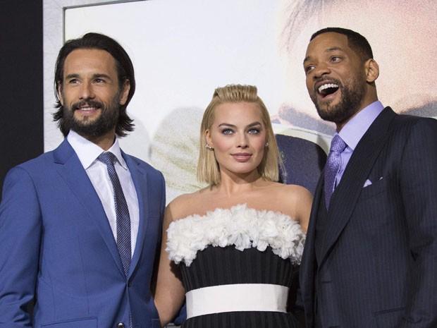 Rodrigo Santoro, Margot Robbie e Will Smith divulgam 'Golpe duplo' na Califórnia, EUA, na terça (24). Filme estreia dia 27 nos EUA (Foto: REUTERS/Mario Anzuoni)