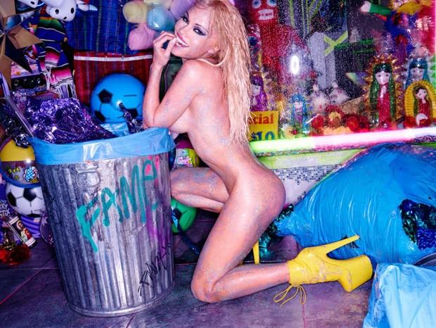 Aos 48 anos, Pamela Anderson arrasa ao posar nua e purpurinada