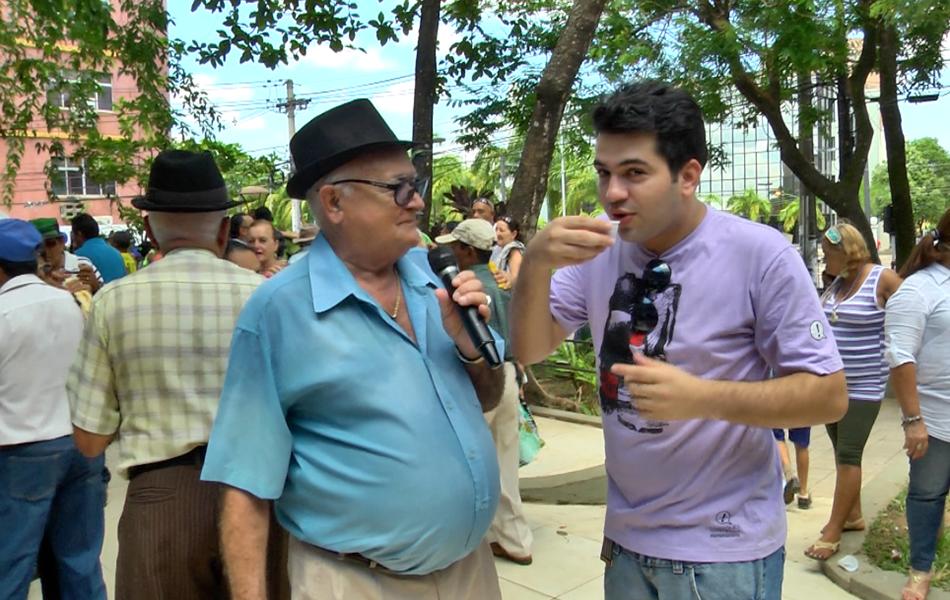 Claro que o Bruno Fonseca não perdeu a oportunidade de experimentar (Foto: Zappeando)