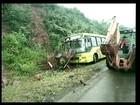 Ônibus fica sem freio e bate em barranco no Oeste catarinense