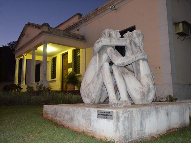 """O Beijo"", obra de Bassano Vaccarini, na Prefeitura de Altinópolis (Foto: Rodolfo Tiengo/G1)"
