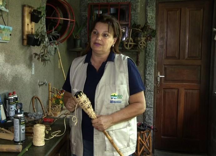 Professora ensina a confecção de uma tocha de bambu (Foto: Rio Sul Revista)