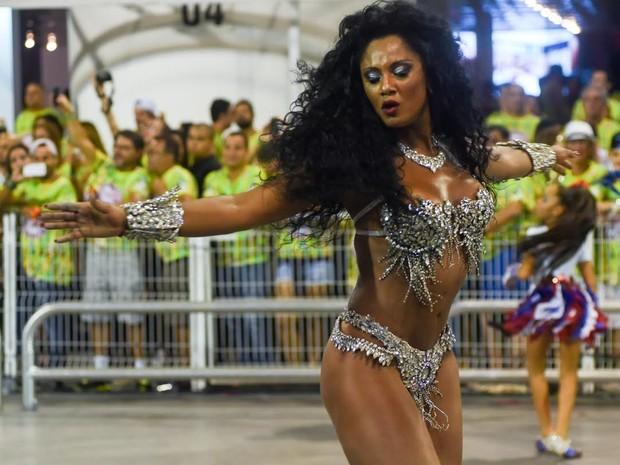 Camila Silva mostra sambé no pé no desfile da Vai-Vai  (Foto: Flavio Moraes/G1)