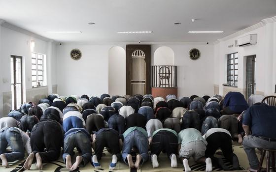 Fiéis durante oração na Mesquita da Luz (Foto: Stefano Martini/ÉPOCA)