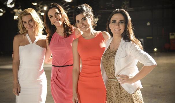 A jornalista Ana Paula Araújo grava com as atrizes Carolina Dieckmann, Vanessa Giácomo e Tatá Werneck (Foto: Raphael Dias/ TV Globo)