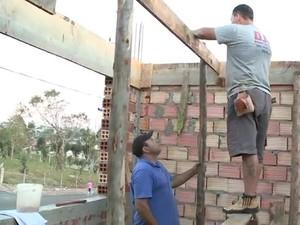 A família do motorista Juraci Ferreira resgatou o FGTS para reconstruir a casa (Foto: Reprodução RBS TV)