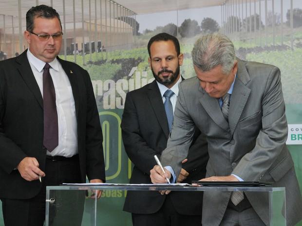 Governador Rodrigo Rollemberg assina a criação de conjunto de atividades distritais e federais para o setor agropecuário do Distrito Federal (Foto: Tony Winston/Agência Brasília)