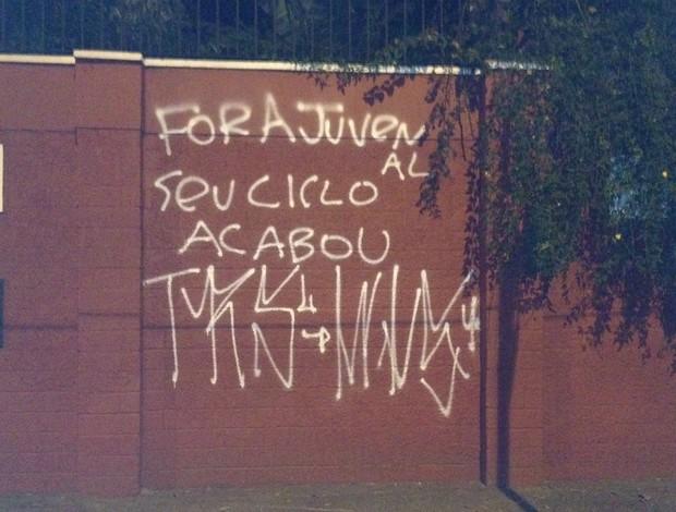 Muro pichado do CT do São Paulo (Foto: Marcelo Prato / Globoesporte.com)