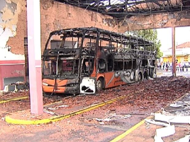 Ônibus e parte do teto da rodoviária ficaram destruídos (Foto: Reprodução / TV Tem)