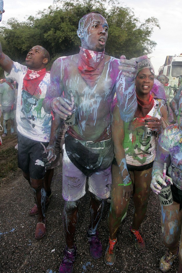 Photo © 2017 Splash News/The Grosby GroupFeb.25, 2017, Trinidad TobagoEXCLUSIVE: The world's fastest man was seen covered in bright paint while partying in Trinidad on Saturday morning. The Olympian was seen twerking with a bevy of curvy beauties as re (Foto: Splash News/The Grosby Group)