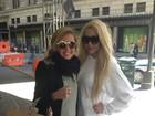De meia e chinelo, Amanda Bynes posa com fã nas ruas de Nova York